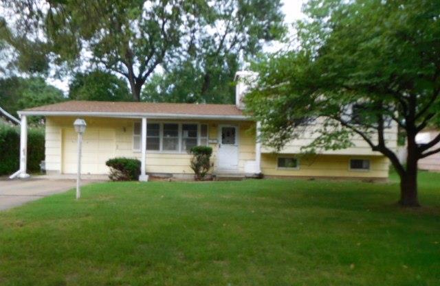 7306 Larsen Lane, Shawnee, KS 66203 (#2129700) :: Edie Waters Network