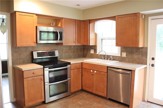 10013 Melrose Street, Overland Park, KS 66214 (#2129832) :: Char MacCallum Real Estate Group