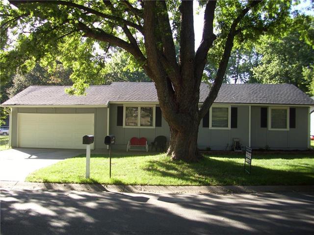 1006 S Doyle Street, Louisburg, KS 66053 (#2130200) :: Edie Waters Network