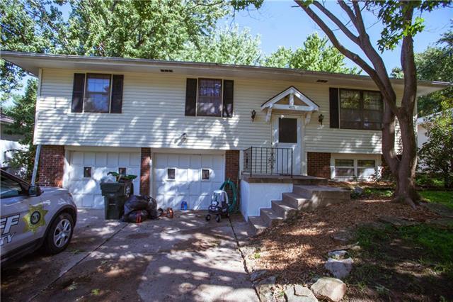 405 NE Summit Drive, Blue Springs, MO 64014 (#2130543) :: Edie Waters Network
