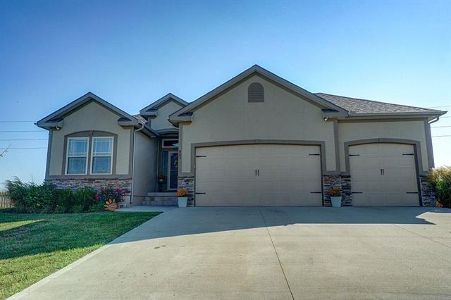 803 SW Powell Drive, Oak Grove, MO 64075 (#2131074) :: Char MacCallum Real Estate Group