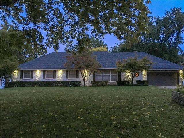 201 W 114TH Terrace, Kansas City, MO 64114 (#2132549) :: Edie Waters Network