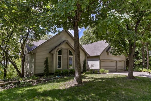 5310 NW Bluffs Way, Parkville, MO 64152 (#2133047) :: Edie Waters Network