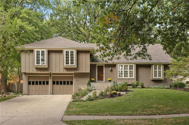 8938 Outlook Drive, Overland Park, KS 66207 (#2133064) :: Edie Waters Network