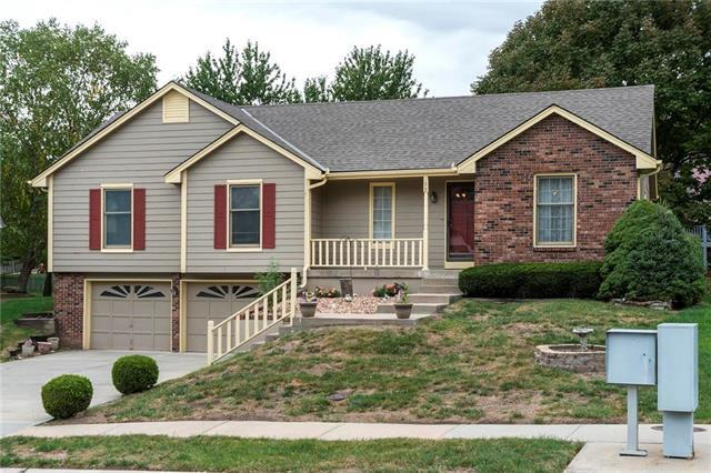 1608 NE Yorkshire Drive, Lee's Summit, MO 64086 (#2133296) :: Edie Waters Network
