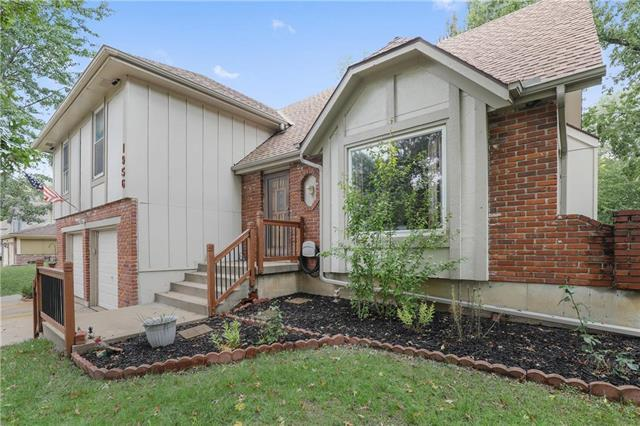 1956 E Jamestown Drive, Olathe, KS 66062 (#2134093) :: Edie Waters Network