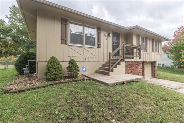 1312 S Ward Parkway, Blue Springs, MO 64014 (#2134199) :: Char MacCallum Real Estate Group