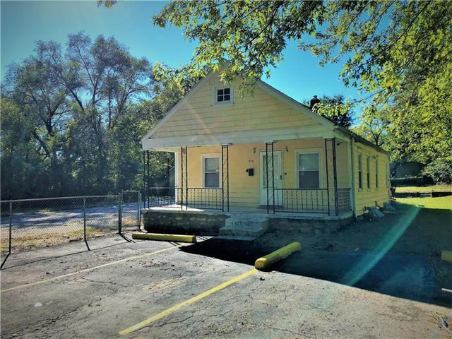 8026 S Benton Avenue, Kansas City, MO 64132 (#2134819) :: Edie Waters Network