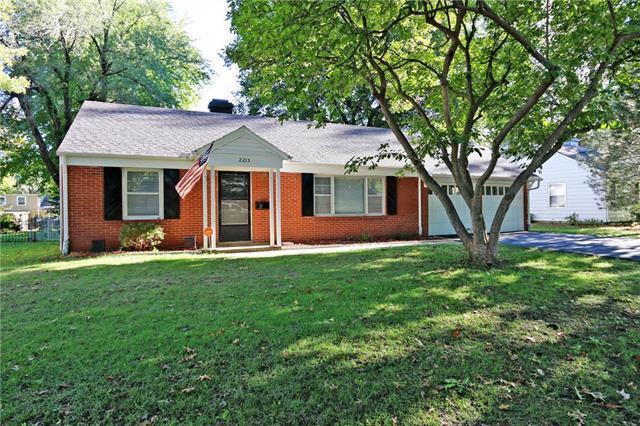 2215 W 77TH Street, Prairie Village, KS 66208 (#2135184) :: Team Real Estate