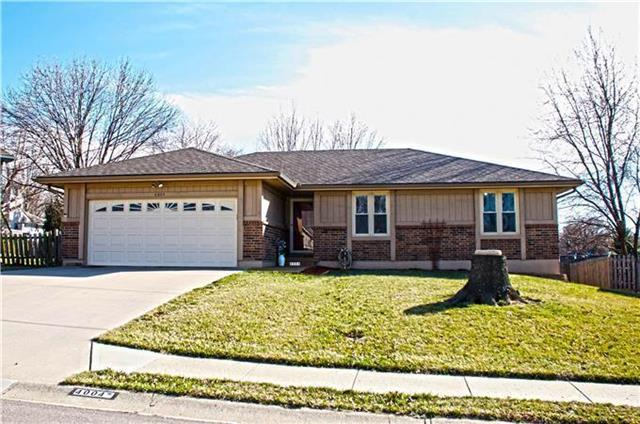 4004 NW Delwood Drive, Blue Springs, MO 64015 (#2135353) :: Team Real Estate