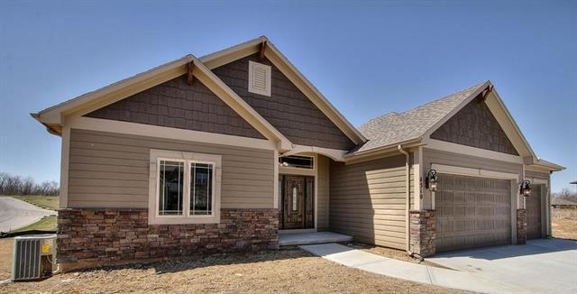 4745 Lakecrest Drive, Shawnee, KS 66218 (#2135791) :: Char MacCallum Real Estate Group