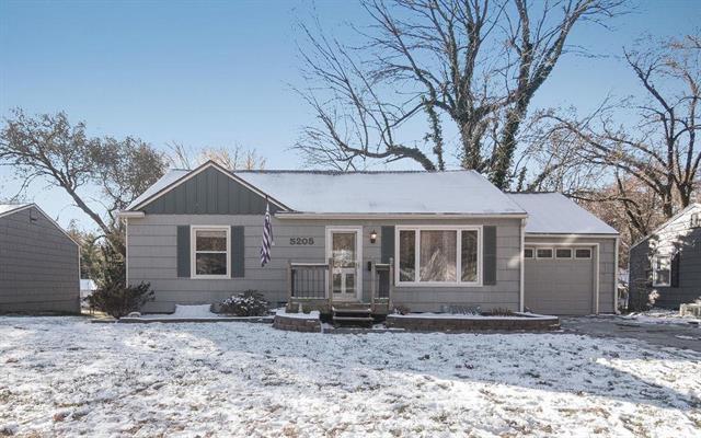 5205 W 71st Street, Prairie Village, KS 66208 (#2136833) :: Char MacCallum Real Estate Group