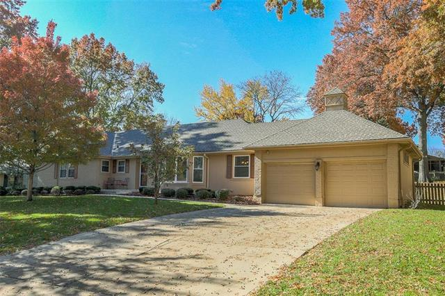10326 Meadow Lane, Leawood, KS 66206 (#2137168) :: Edie Waters Network