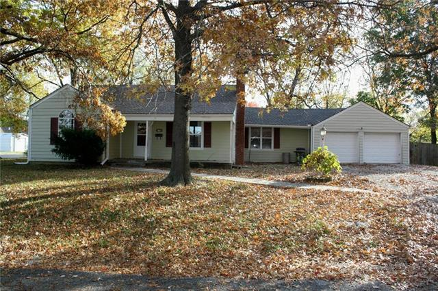 1001 S Butler Drive, Harrisonville, MO 64701 (#2138070) :: Edie Waters Network