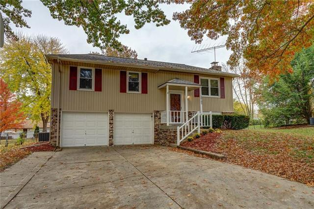 20105 E Blue Mills Court, Independence, MO 64056 (#2138648) :: Edie Waters Network