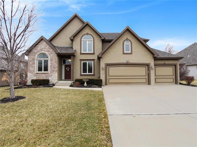 8103 Forest Park Drive, Parkville, MO 64152 (#2146925) :: The Gunselman Team