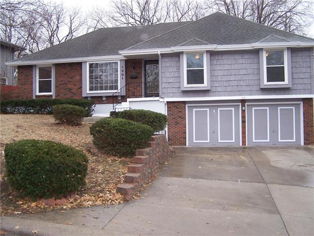 1301 E 98TH Terrace, Kansas City, MO 64131 (#2146964) :: Edie Waters Network