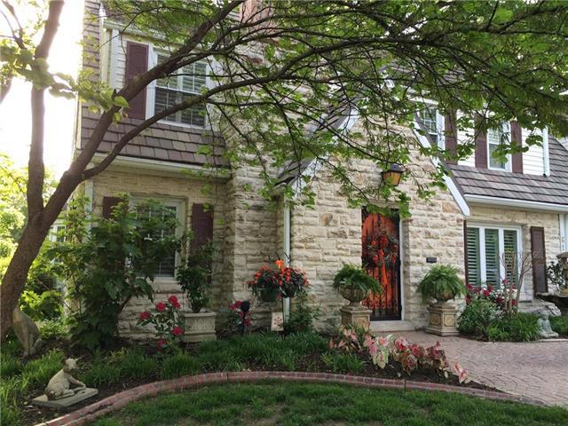 6124 Ward Parkway Parkway, Kansas City, MO 64113 (#2147597) :: House of Couse Group