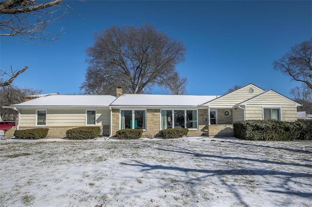 1308 Meadow Lake Terrace, Kansas City, MO 64114 (#2147751) :: Edie Waters Network