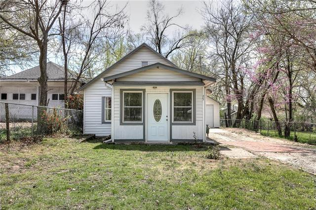 25 W 79th Terrace, Kansas City, MO 64114 (#2150250) :: Edie Waters Network