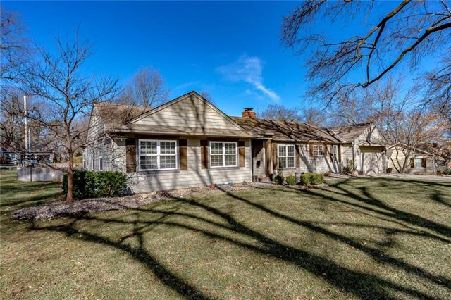 9308 Meadow Lane, Leawood, KS 66206 (#2153370) :: House of Couse Group