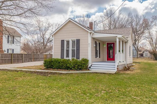 311 E Nichols Street, Spring Hill, KS 66083 (#2154104) :: The Gunselman Team