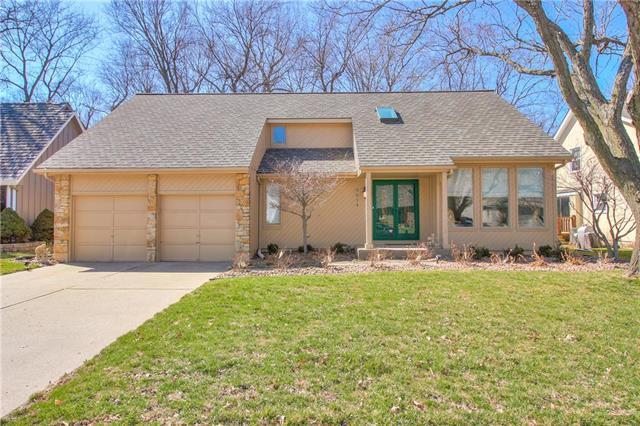 3914 NE Woodridge Drive, Lee's Summit, MO 64064 (#2154289) :: House of Couse Group