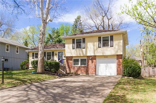 7608 W 97th Terrace, Overland Park, KS 66212 (#2159769) :: House of Couse Group