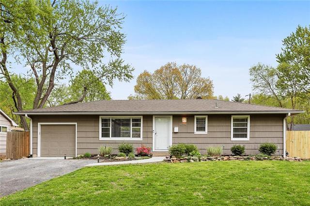 4514 E 112th Street, Kansas City, MO 64137 (#2159921) :: House of Couse Group