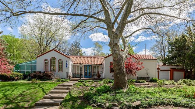 6901 Rockhill Road, Kansas City, MO 64113 (#2160300) :: Eric Craig Real Estate Team