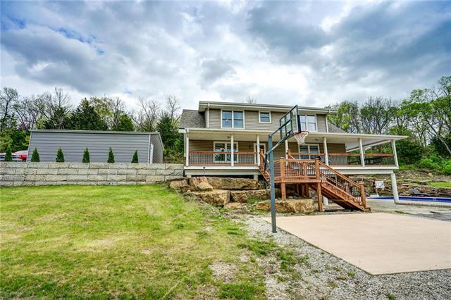 4200 NW Valley View Road, Blue Springs, MO 64015 (#2160660) :: NestWork Homes
