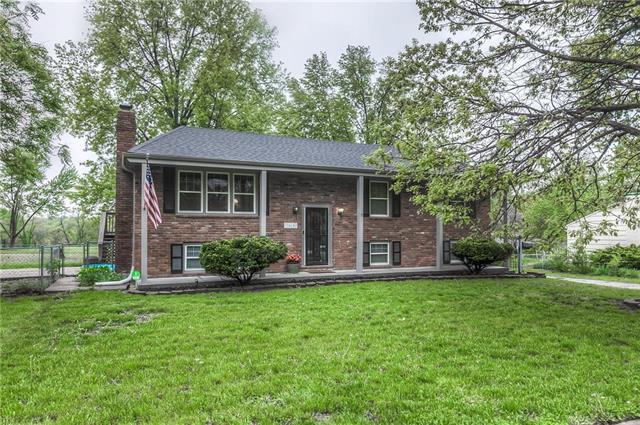 9415 E 81st Street, Raytown, MO 64138 (#2162739) :: House of Couse Group