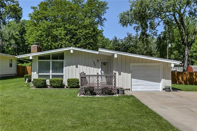 7242 Lowell Avenue, Overland Park, KS 66204 (#2163435) :: House of Couse Group