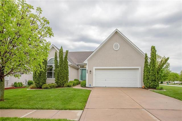 925 SW Sara Circle, Lee's Summit, MO 64081 (#2163584) :: Eric Craig Real Estate Team