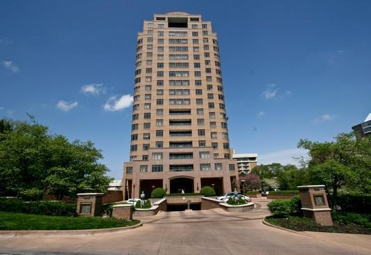 400 W 49th Terrace #2058, Kansas City, MO 64112 (#2163909) :: House of Couse Group