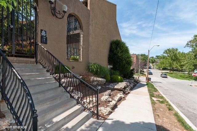 1111 W 46th Street #40, Kansas City, MO 64112 (#2166108) :: Clemons Home Team/ReMax Innovations
