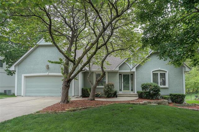 2504 NW Shady Bend Lane, Lee's Summit, MO 64081 (#2167504) :: House of Couse Group