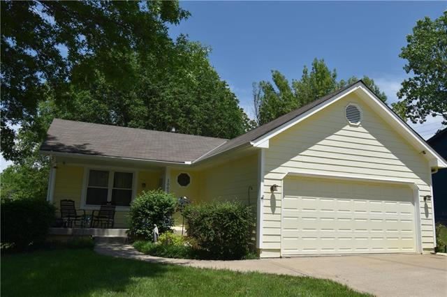 1002 SW Twin Creek Drive, Lee's Summit, MO 64081 (#2167576) :: House of Couse Group
