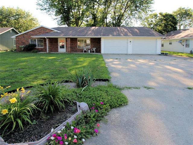 120 S Village Terrace, Tonganoxie, KS 66086 (#2173492) :: DHG Network