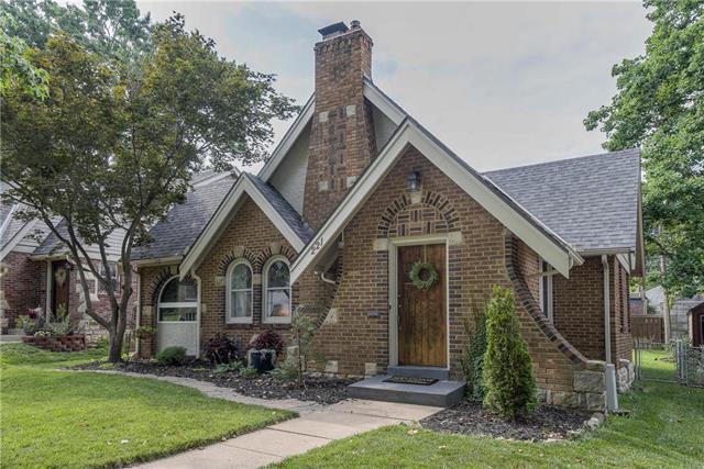 221 E 74TH Street, Kansas City, MO 64114 (#2178790) :: Clemons Home Team/ReMax Innovations