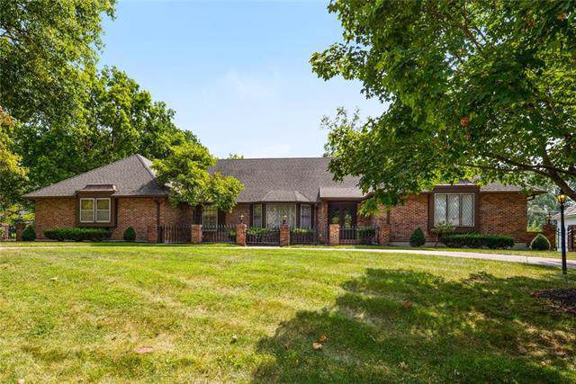 901 W 113th Terrace, Kansas City, MO 64114 (#2189186) :: House of Couse Group