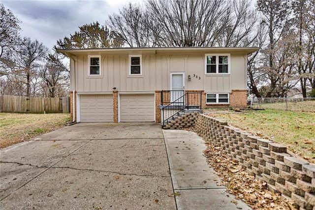 313 Village Lane, Buckner, MO 64016 (#2195211) :: House of Couse Group