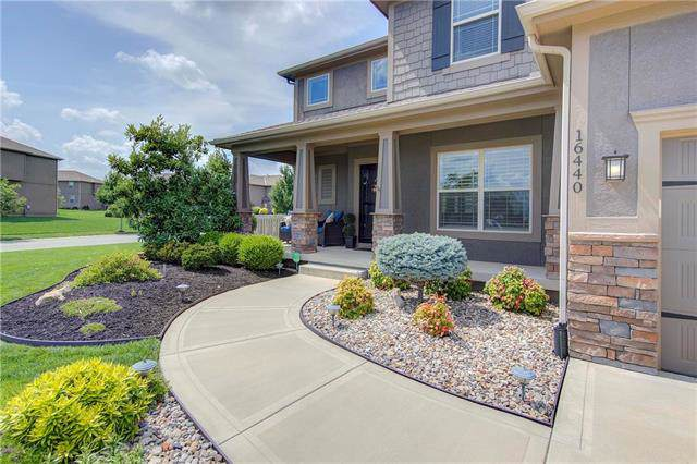 16440 S Summertree Lane, Olathe, KS 66062 (#2197941) :: The Shannon Lyon Group - ReeceNichols