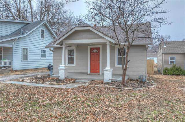 21 E 79th Terrace, Kansas City, MO 64114 (#2199416) :: Dani Beyer Real Estate