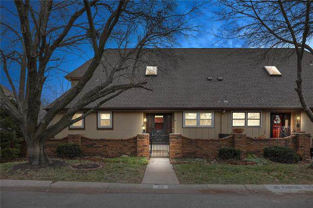 68 E Woodbridge Lane, Kansas City, MO 64145 (#2200760) :: Clemons Home Team/ReMax Innovations
