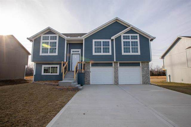 21200 North Pointe Drive, Peculiar, MO 64078 (#2204637) :: The Gunselman Team