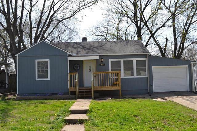 915 NE 44th Street, Kansas City, MO 64116 (#2215211) :: Austin Home Team
