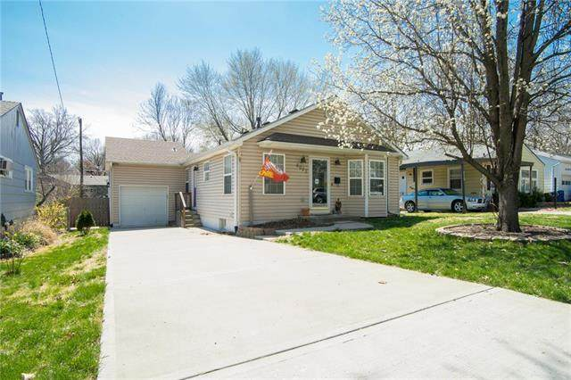 6027 W 53rd Place, Mission, KS 66202 (#2215421) :: House of Couse Group