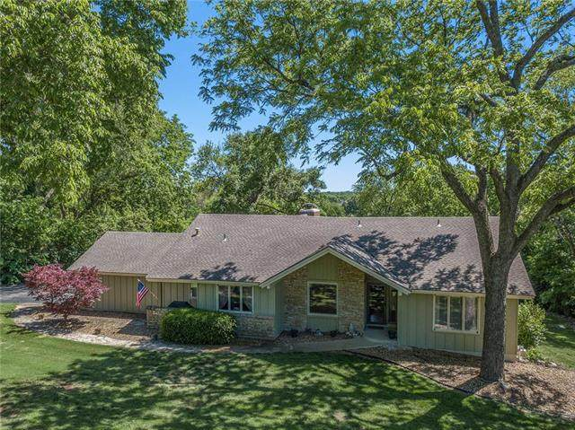 6137 Fox Chase Drive, Stilwell, KS 66085 (#2223183) :: Dani Beyer Real Estate