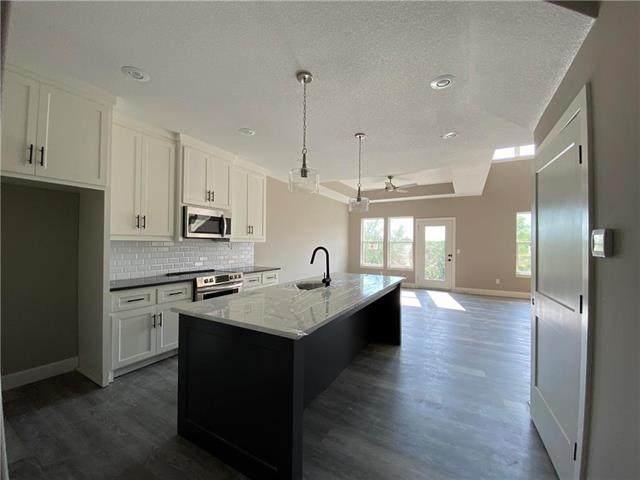 12324 S Prairie Creek Drive, Olathe, KS 66061 (#2235370) :: Ron Henderson & Associates